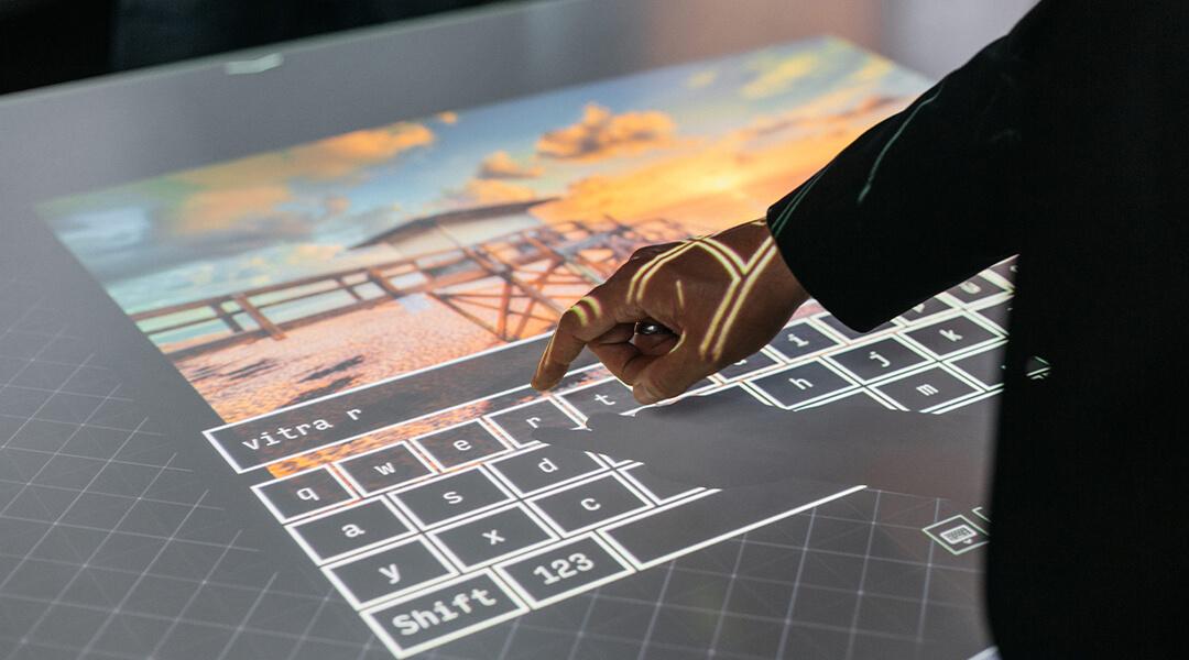 Finger bewegt sich über Multitouch-Display