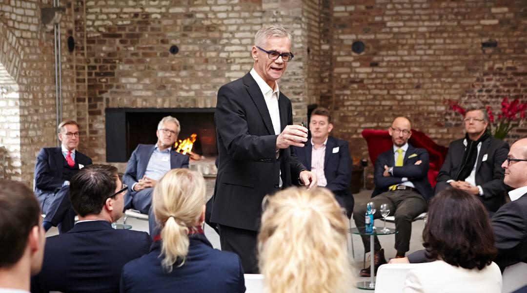 Keynote Speaker während eines Impulsvortrags inmitten der Zuhörer