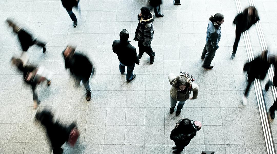 Kundensegmentierung: Passanten laufen über einen Platz