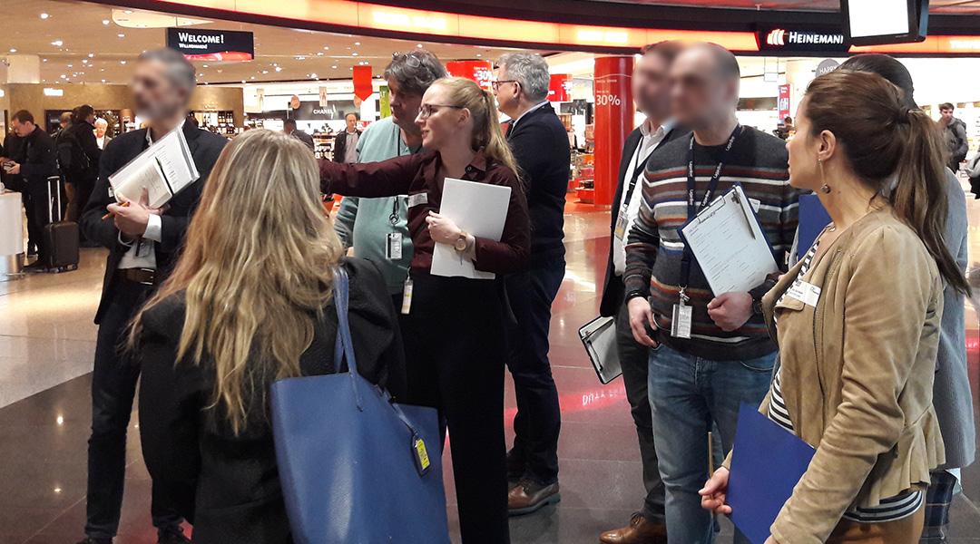 Retail-Expertin und Teilnehmer beim Store-Check am POS
